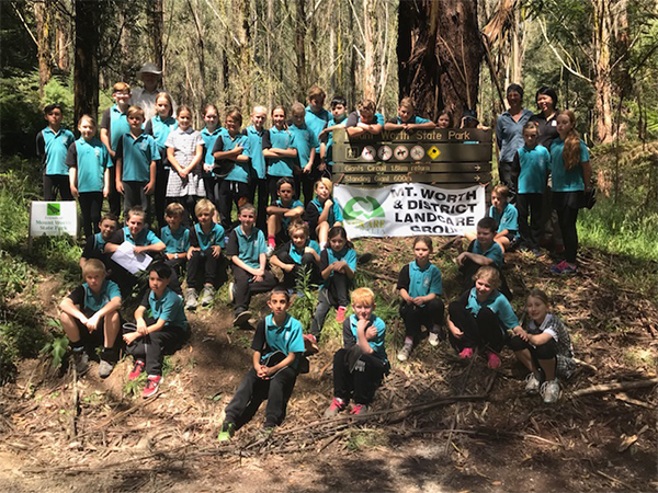 Primary school students learn through nature